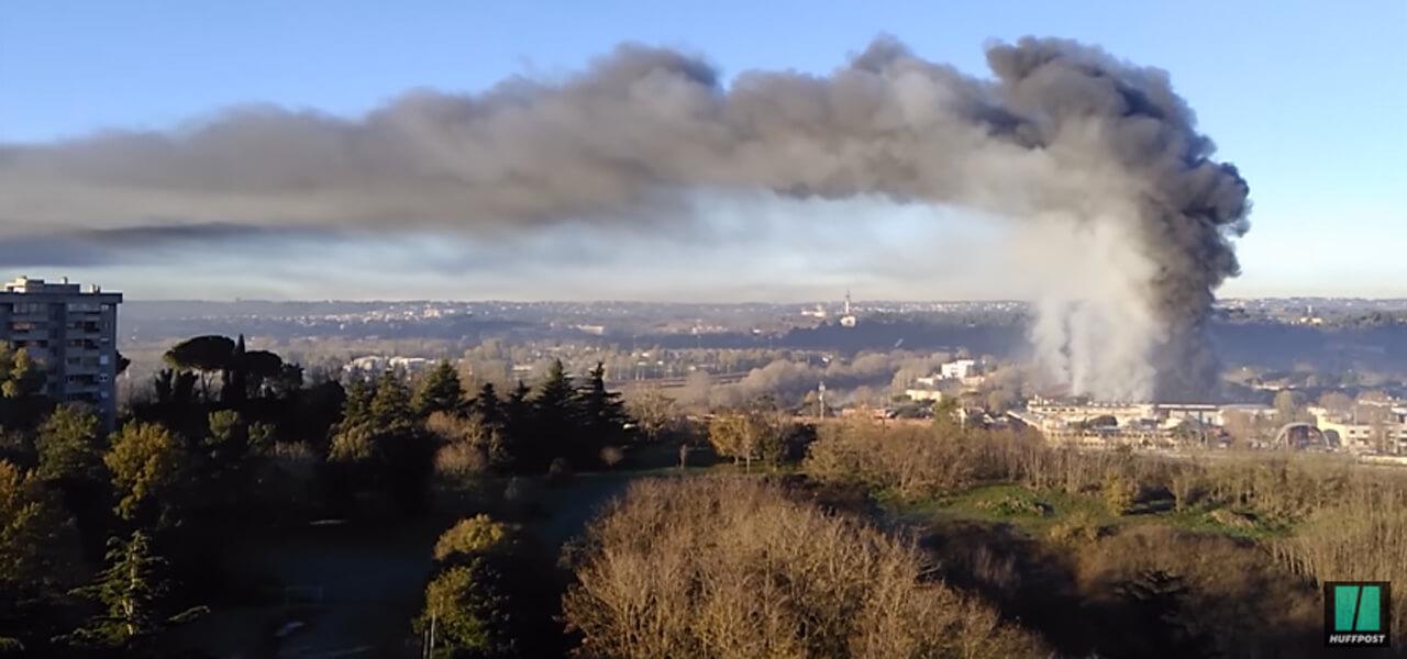 Colonna di fumo nero a Roma dopo incendio Ama