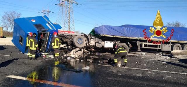 Incidente A8: tir sfonda guard rail