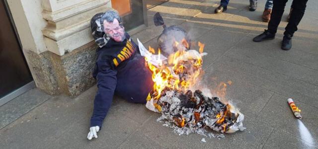 Manichino di Salvini bruciato a Milano