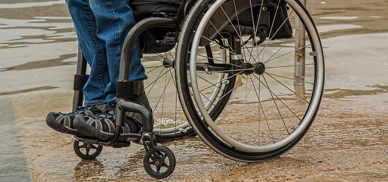 Disabile su sedia a rotelle