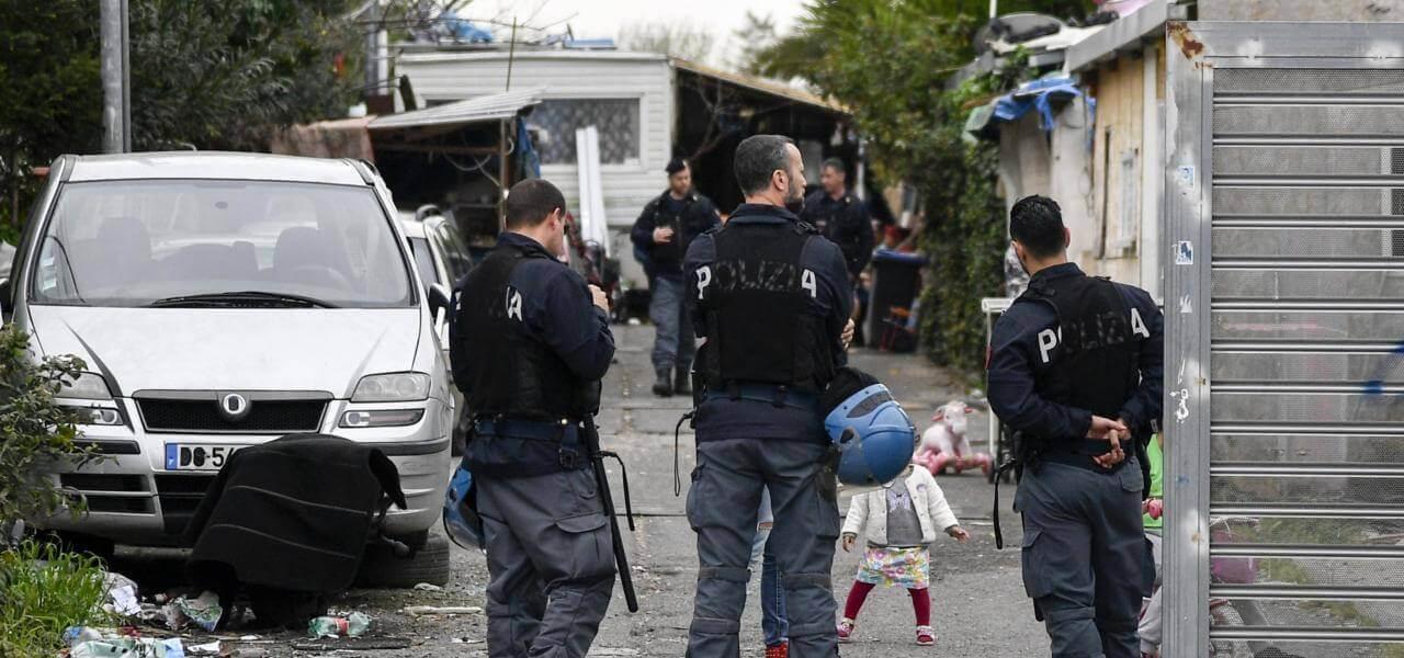 Polizia in campo rom