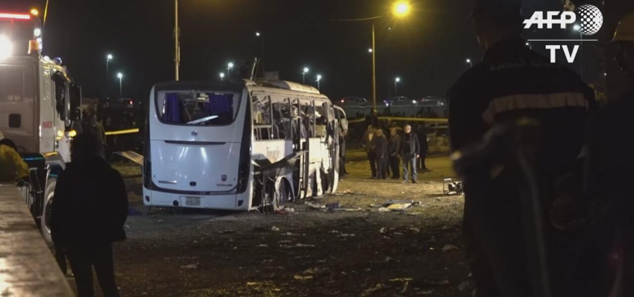Pullman esploso dopo la bomba in Egitto