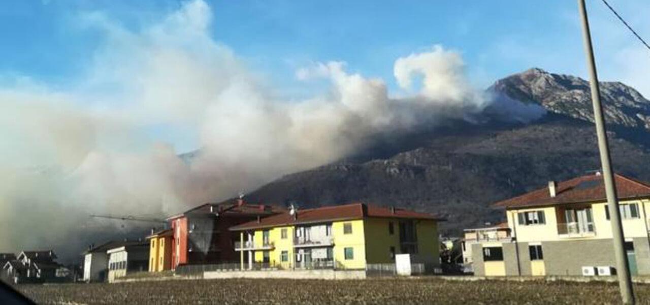 Como, incendio a Sorico: bosco in fiamme (Foto Twitter)