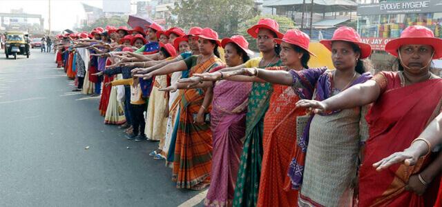 Catena umana di donne in India