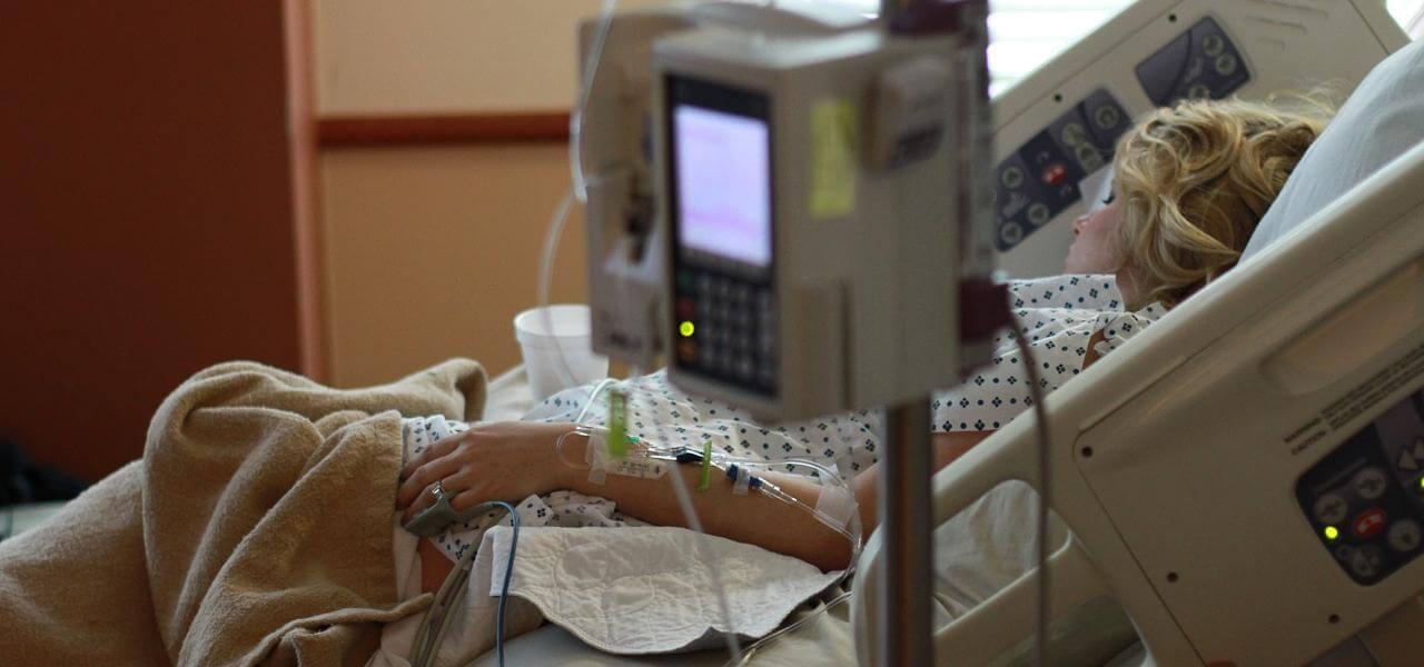 Donna ricoverata in ospedale