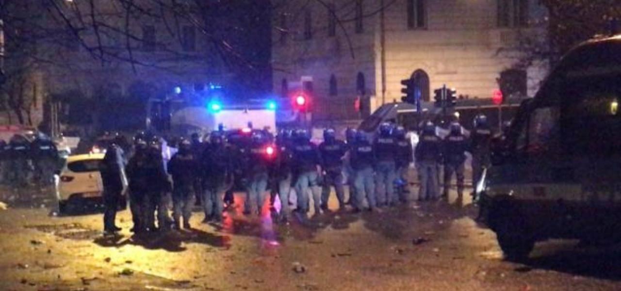 Scontri tifosi Lazio e polizia