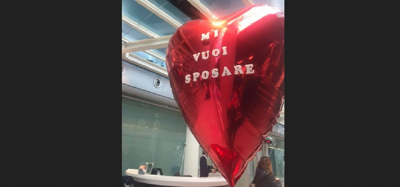 Proposta di nozze in aeroporto: lei dice no e fugge