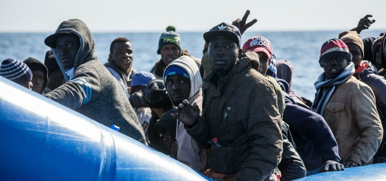 Migranti su un barcone