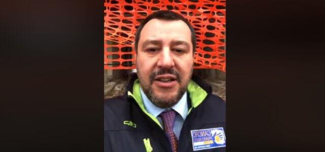 Matteo Salvini in una diretta su Facebook