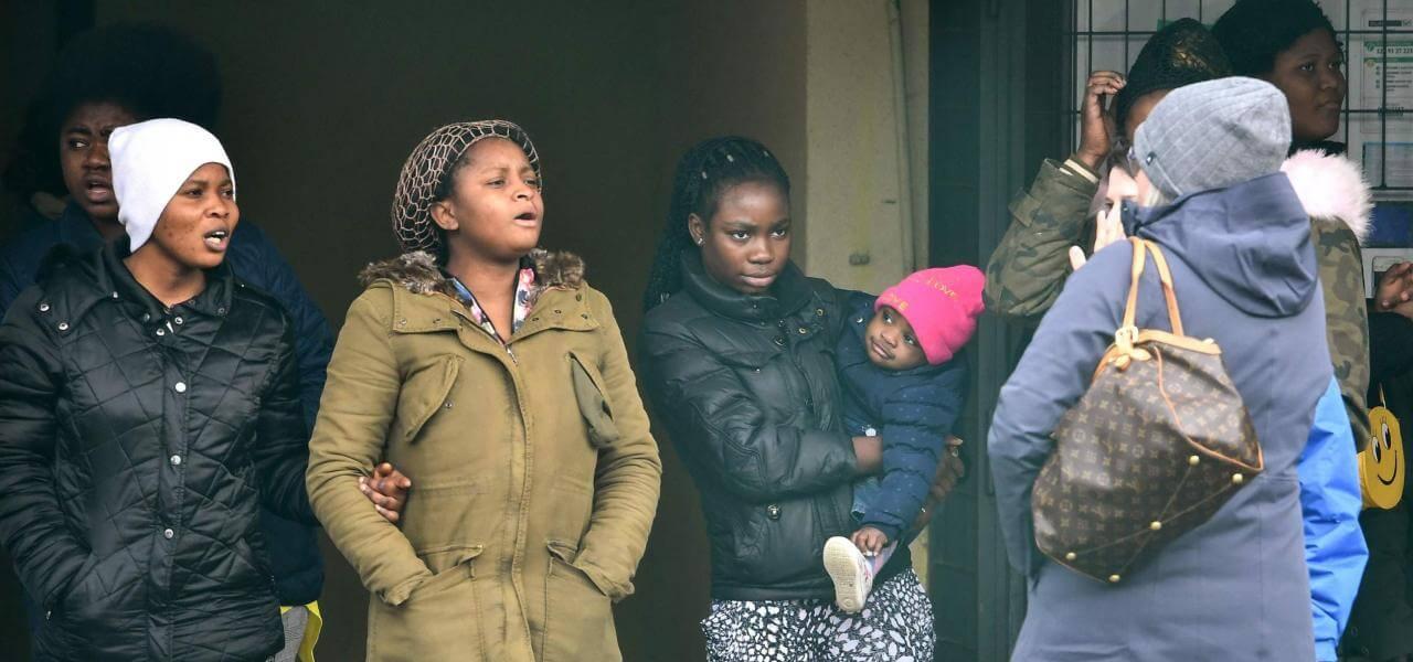 Migranti fuori dal Cara di Castelnuovo