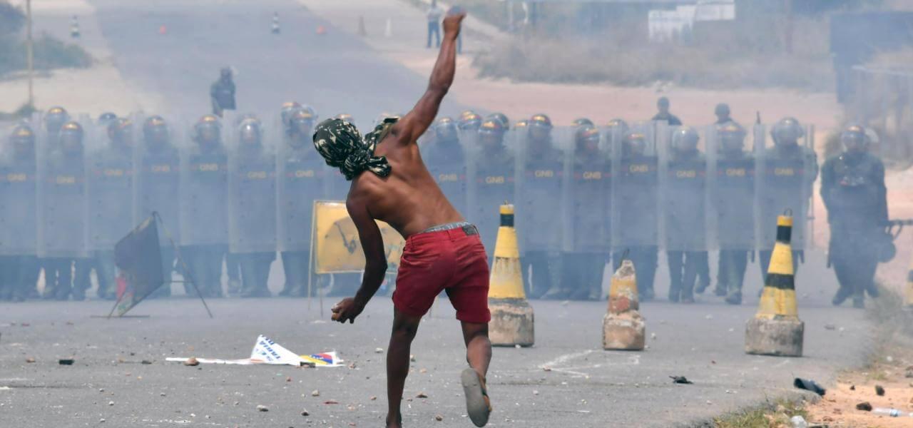 Venezuela, scontri al confine col Brasile