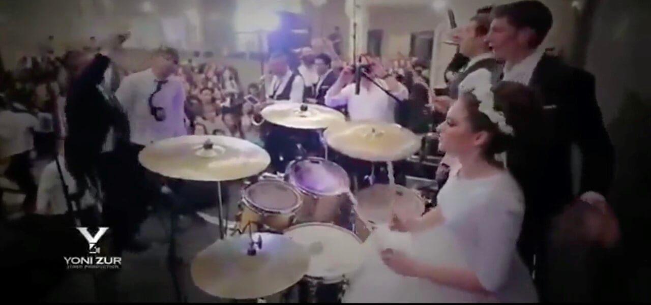 Sposa batterista si esibisce alle sue nozze/ Video, ebrei