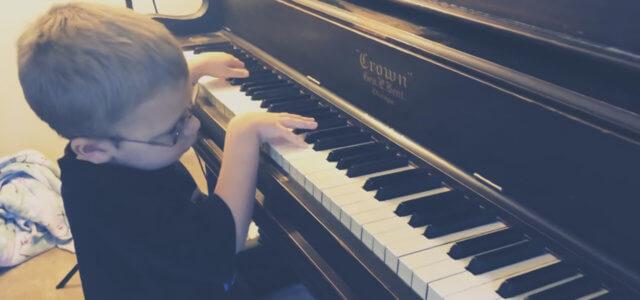 Avett mentre suona Bohemian Rhapsody