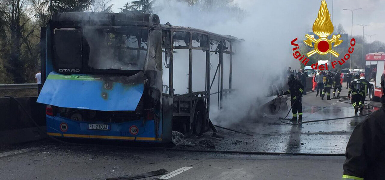 Bus sequestrato e dato alle fiamme