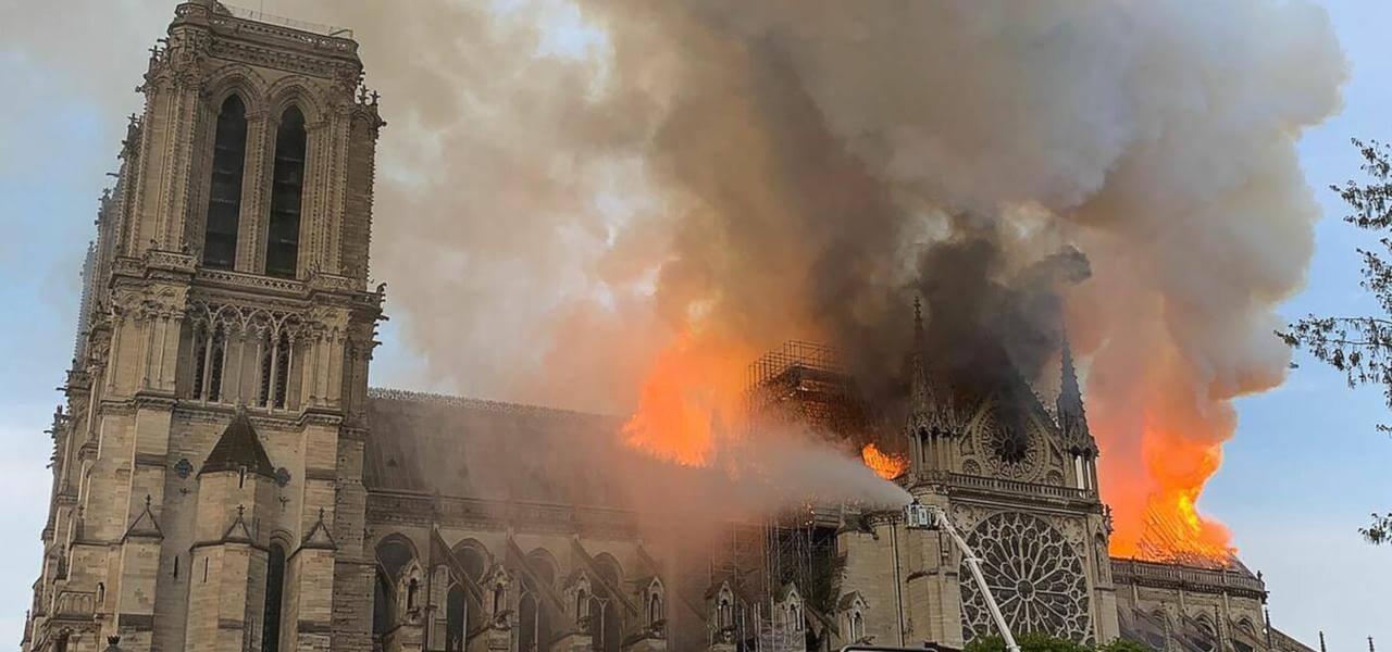 Parigi, incendio nella cattedrale