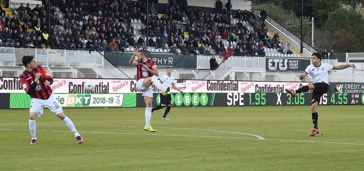 Augello tiro Spezia Cosenza lapresse 2019