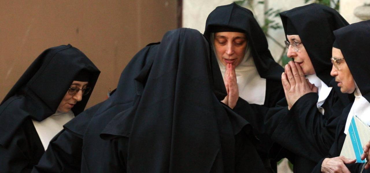Suore in preghiera