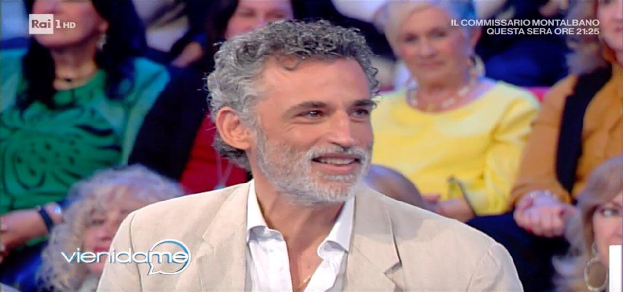 """ENRICO LO VERSO A VIENI DA ME/ """"Dalla sindrome di Zorro al ..."""