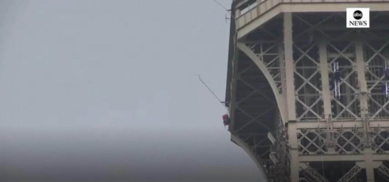 Parigi, uomo scala la Tour Eiffe