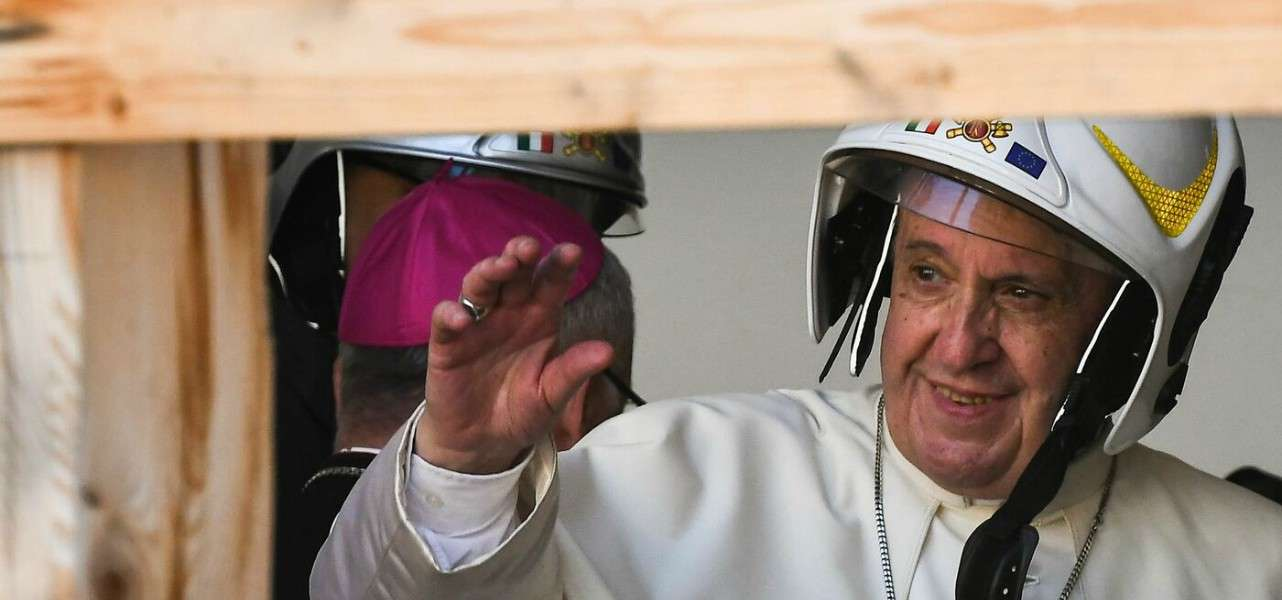 papa francesco casco 1 lapresse1280