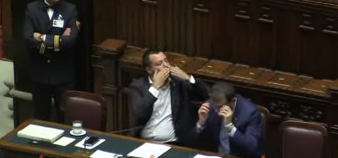 "Salvini manda ""bacioni"""