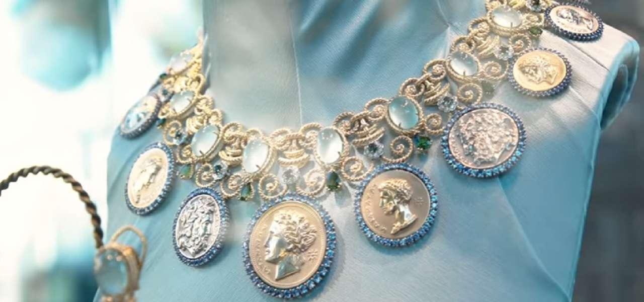 nuovi stili 1e052 8d9b3 Dolce&Gabbana, collana donata alla Madonna/ Caos a Palma di ...