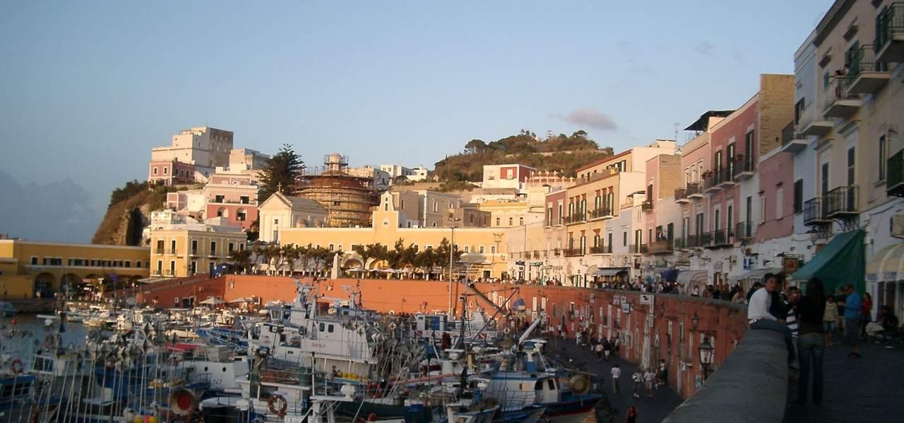 Ponza, maltempo blocca i traghetti/ Sospesi collegamenti con Isole ...