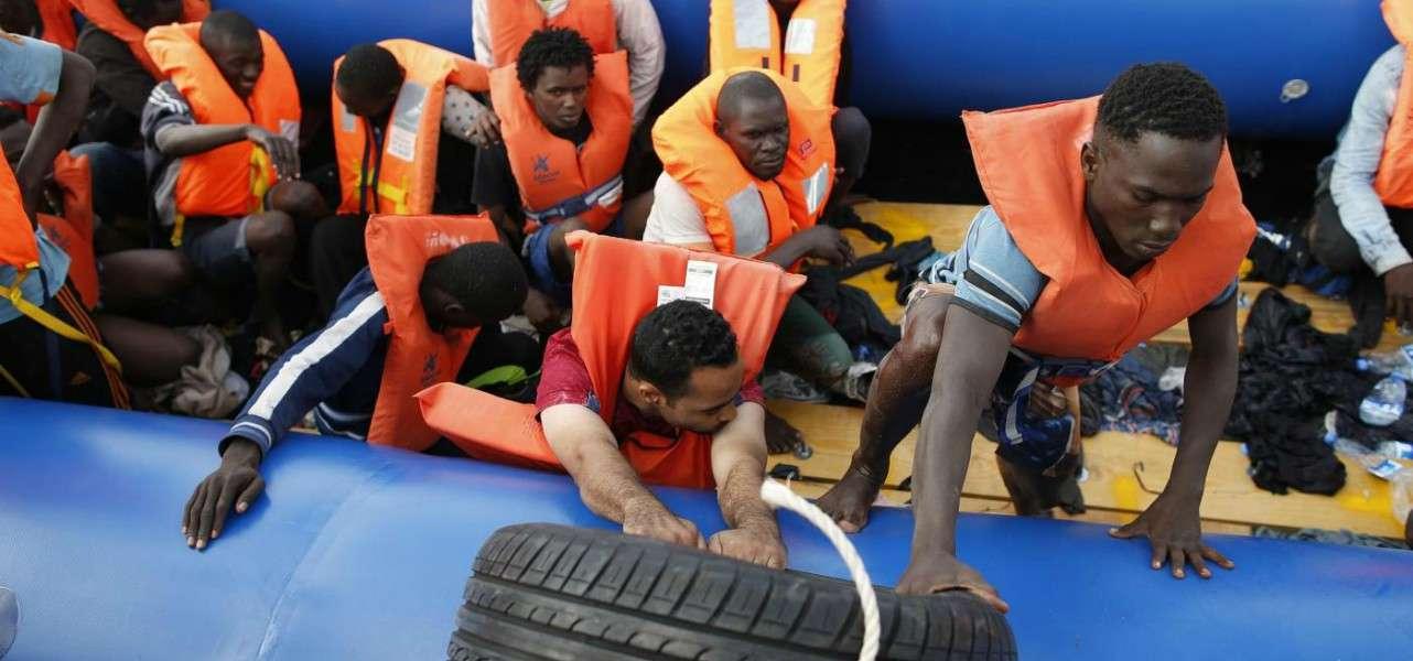 immigrazione migranti gommone 2 lapresse1280