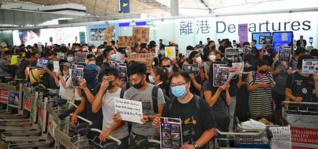 Proteste in aeroporto Hong Kong