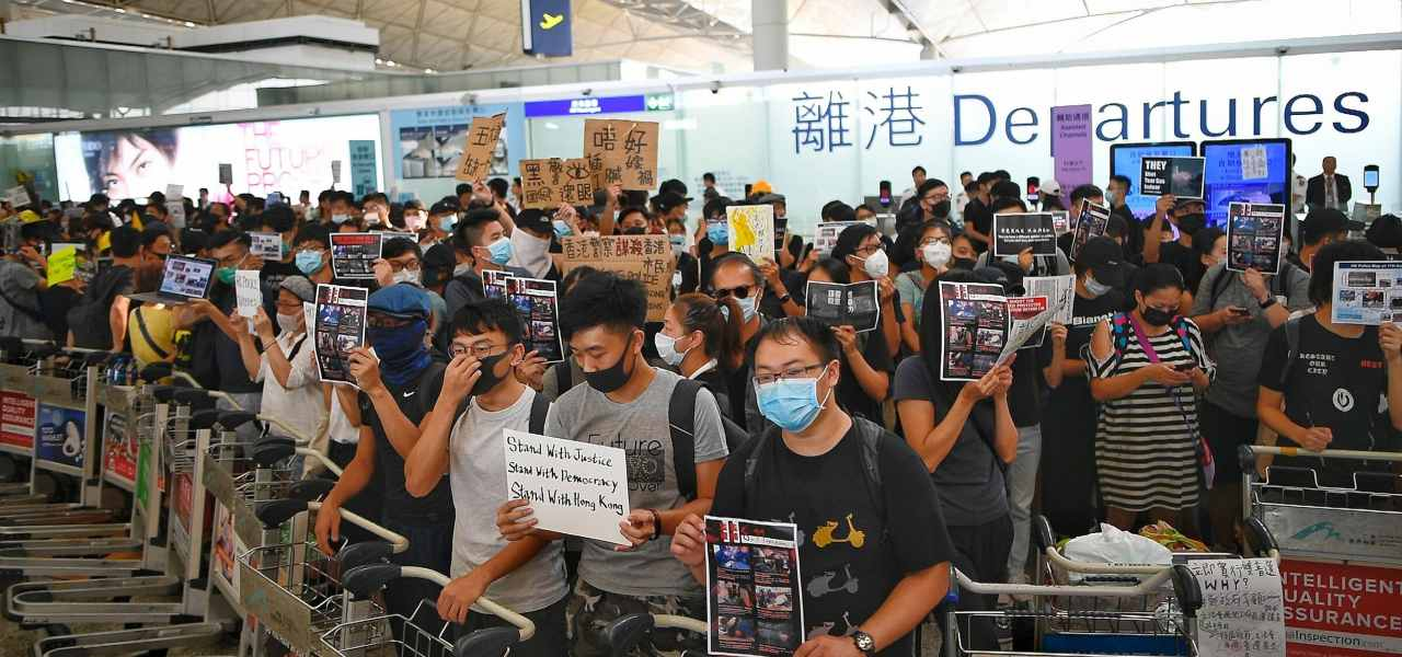 Proteste in aeroporto Hong Kong
