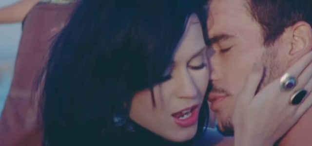 """Katy Perry e Josh Kloss nel video di """"Teenage Dream"""""""