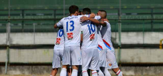 L'abbraccio dei giocatori del Catania dopo una rete (foto La Presse)