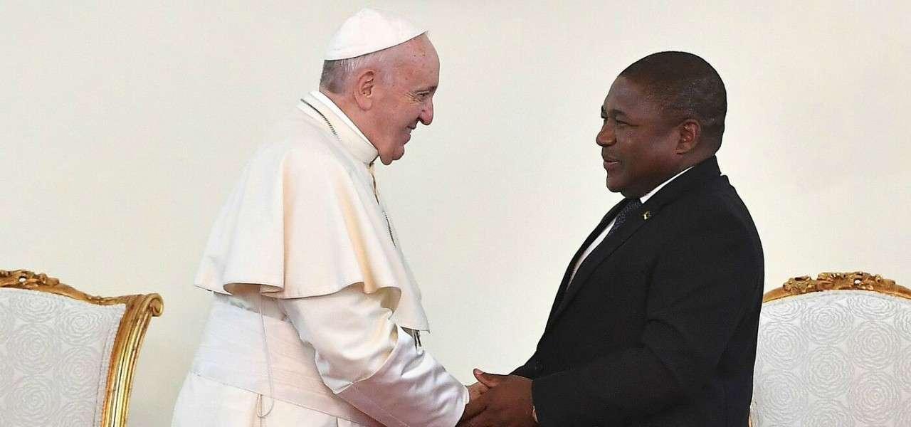papa francesco filipenyusi mozambico lapresse1280