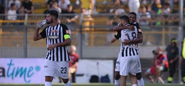 L'esultanza dei giocatori dell'Ascoli dopo un gol di Chajia (foto La Presse)
