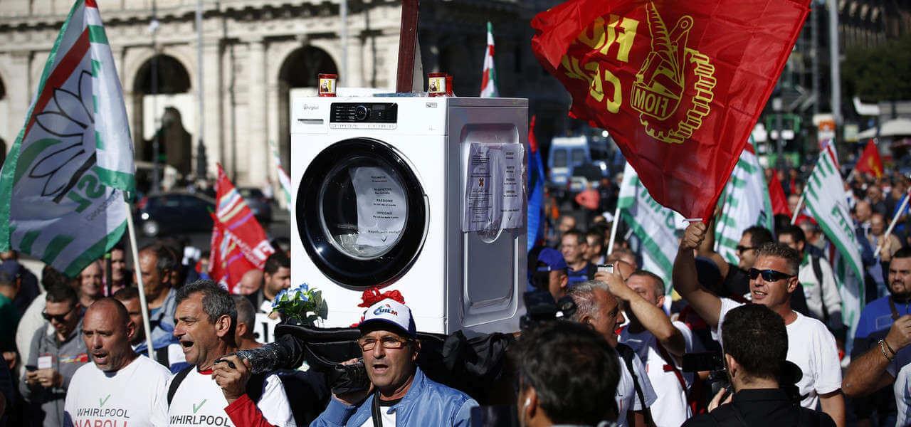 Whirlpool Manifestazione lavatrice Lapresse1280