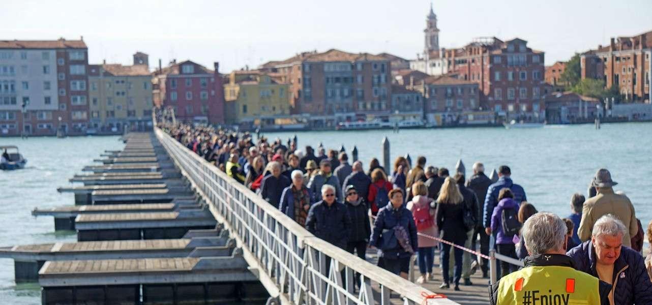 venezia ponte barche cimitero lapresse1280