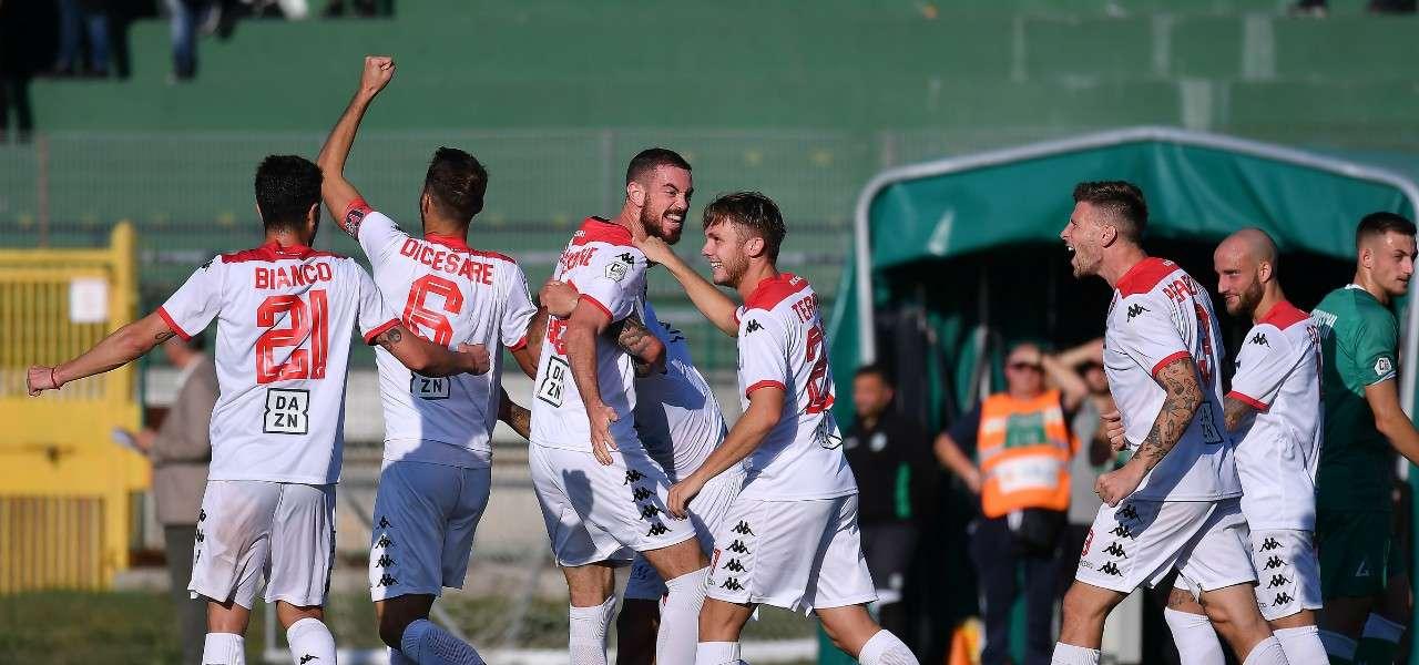 I giocatori del Bari esultano dopo un gol (foto La Presse)