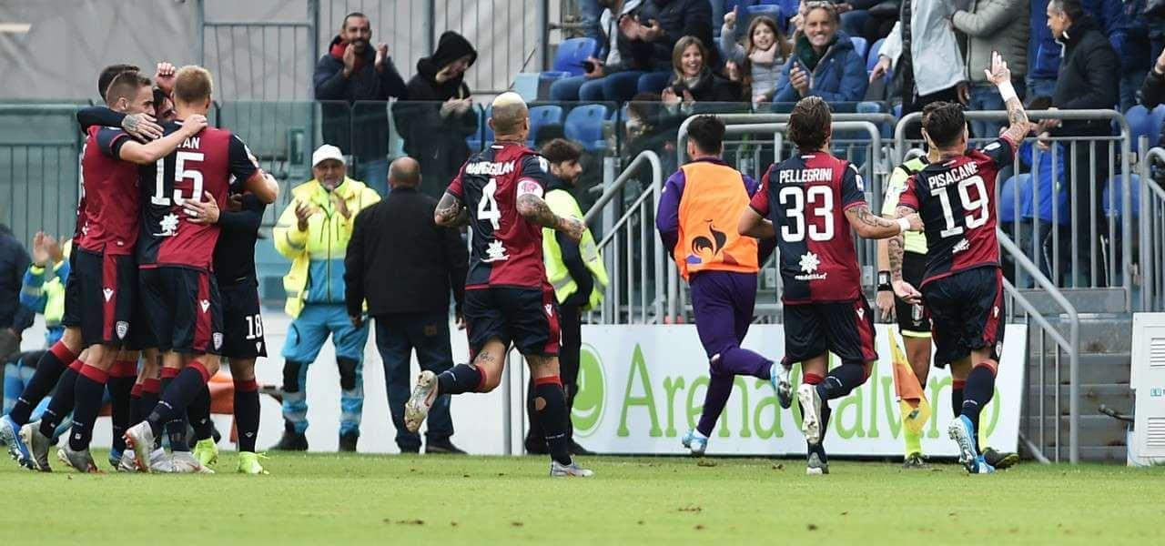 I giocatori del Cagliari esultano dopo un gol (foto: La Presse)