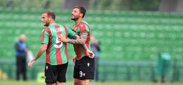 L'abbraccio tra Palumbo e Ferrante, giocatori della Ternana (foto La Presse)