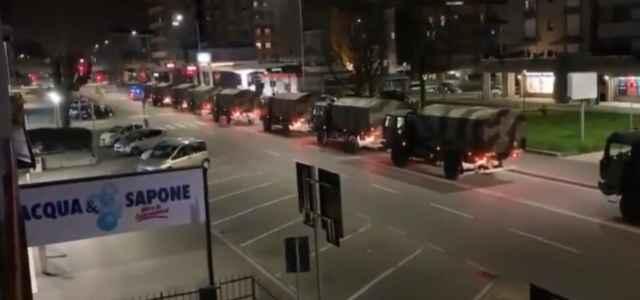 L'esercito trasporta le salme a Bergamo (foto: Twitter)