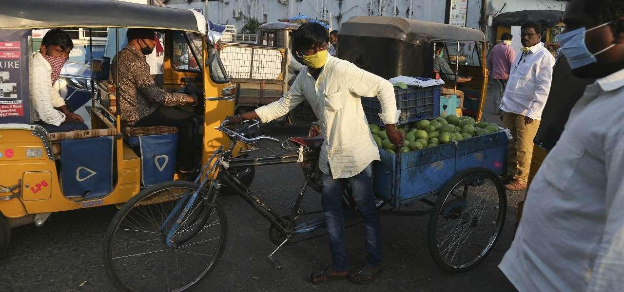 India bicicletta traffico lapresse 2020