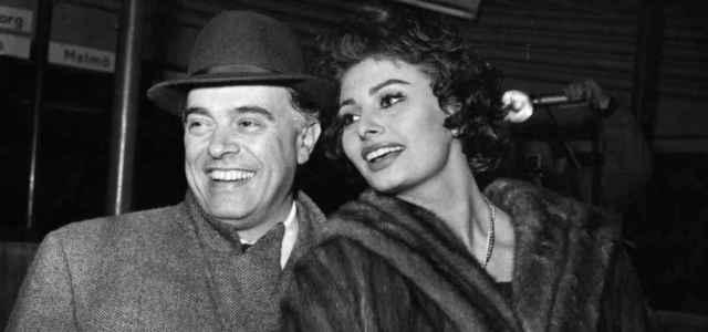 Carlo Ponti in compagnia di Sophia Loren