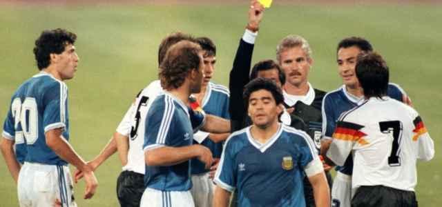 Diego Armando Maradona viene ammonito nella finale dei Mondiali 1990