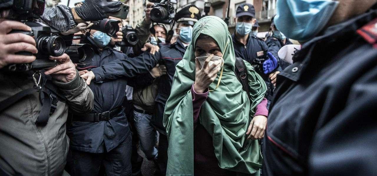 Silvia Romano folla Milano lapresse 2020