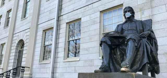 John Harvard statua mascherina lapresse 2020 640x300