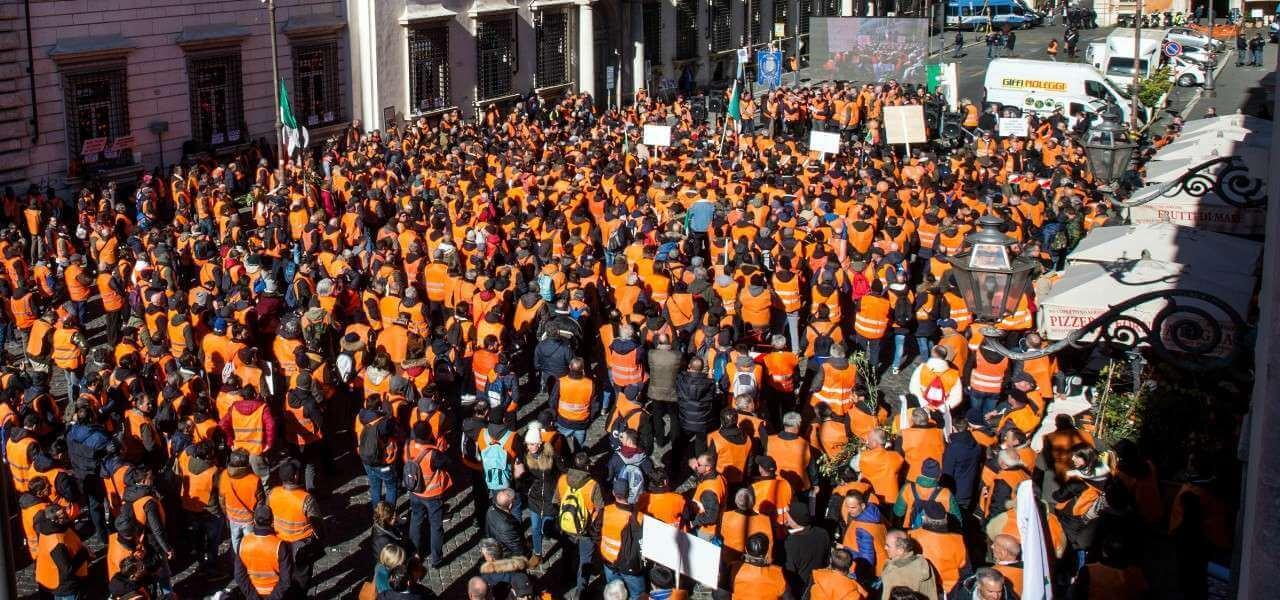Gilet arancioni Roma lapresse 2020