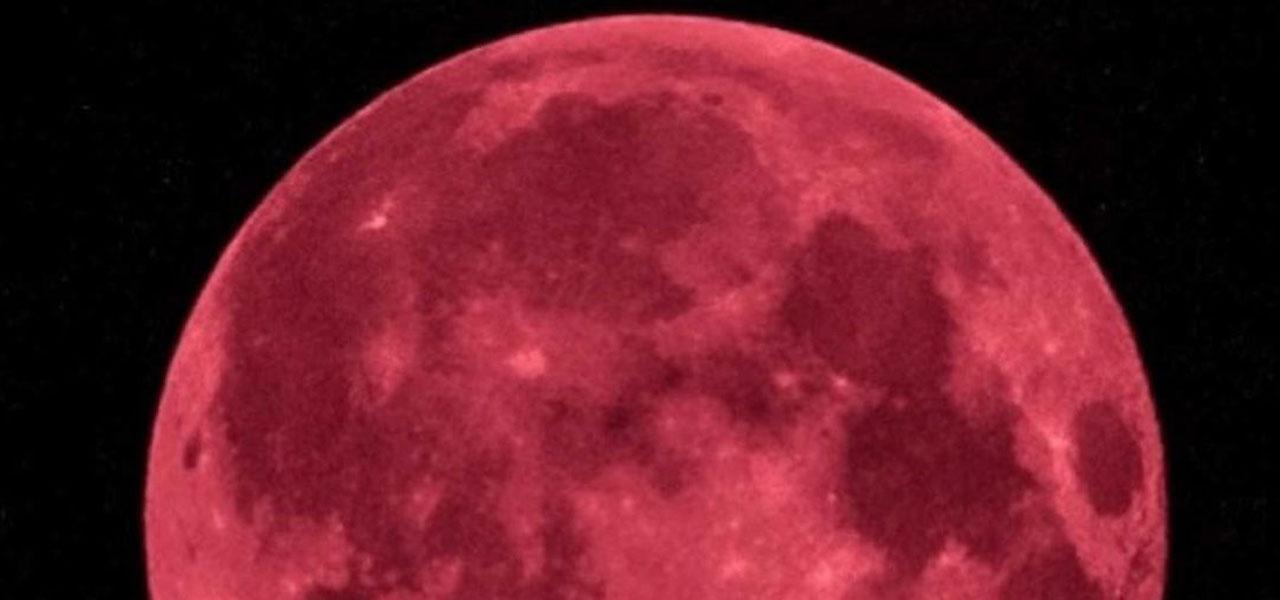 La 'luna fragola' durante l'eclissi anomala