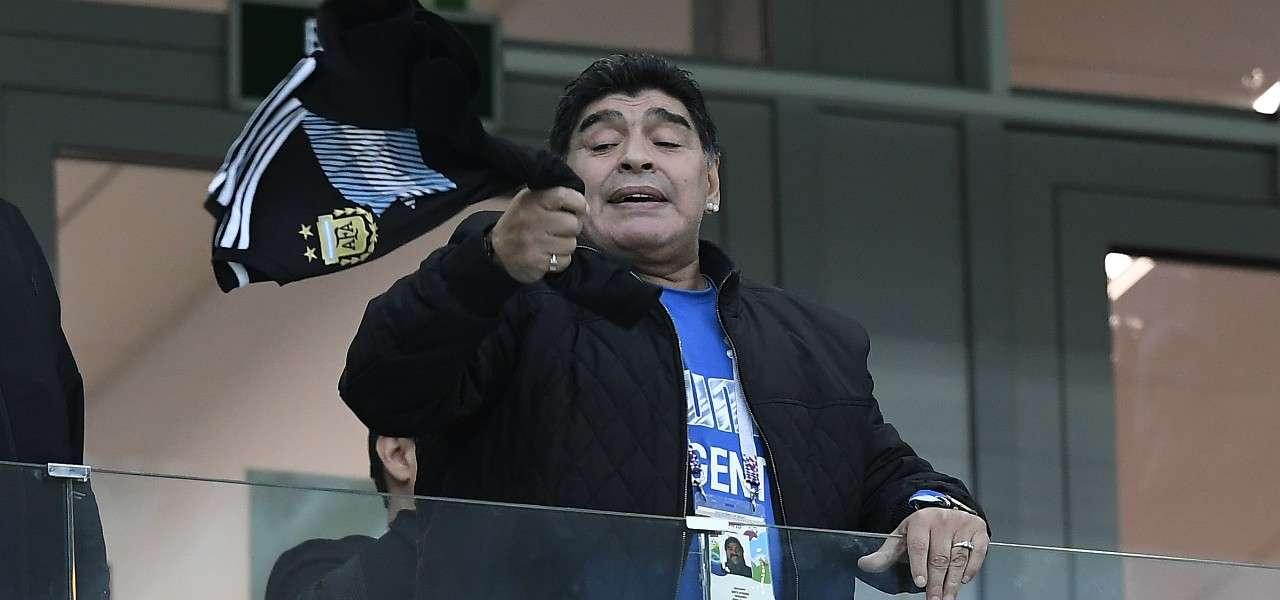 Diego Maradona tribuna sciarpa lapresse 2020
