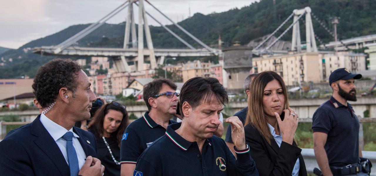 Conte davanti al Ponte crollato