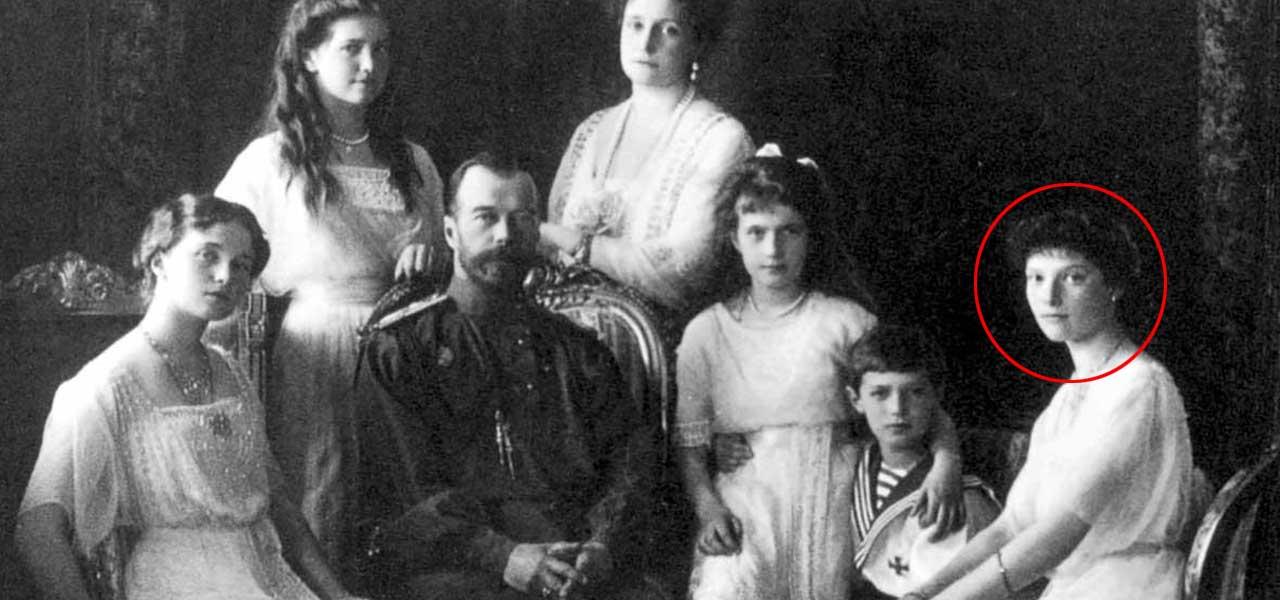 La famiglia Romanov e, cerchiata in rosso, Anastasija Nikolaevna